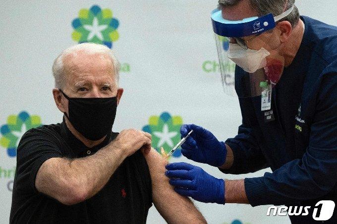 조 바이든 미국 대통령 당선인이 11일(현지시간) 델라웨어주 뉴어크의 한 병원에서 공개적으로 화이자-바이오엔테크의 코로나19 백신 2차 접종을 받고 있다. © AFP=뉴스1 © News1 우동명 기자