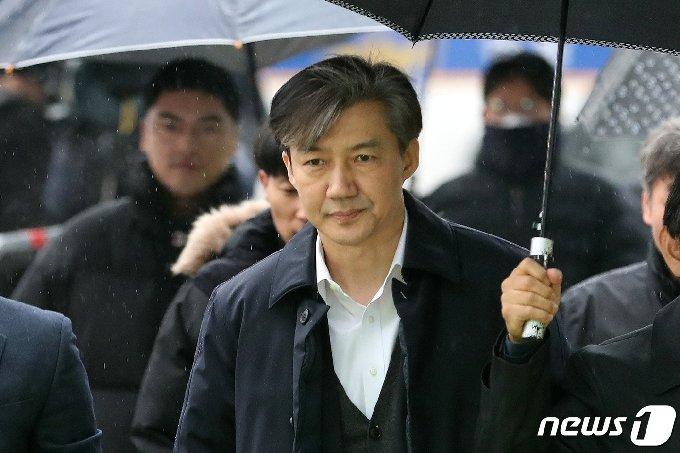 조국 전 법무부 장관이 2019년 12월 영장실질심사를 받기 위해 서울 동부지방법원에 출석하고 있다 . 2019.12.26/뉴스1 © News1 이승배 기자