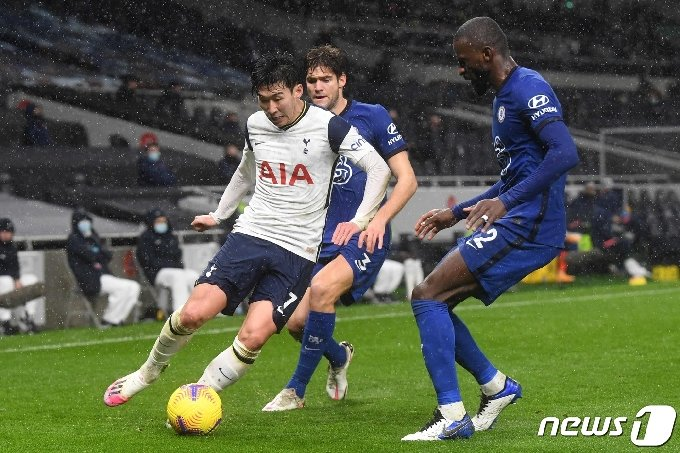 토트넘 홋스퍼 공격수 손흥민이 5일(한국시간) 첼시와의 경기에서 드리블을 하고 있다. © AFP=뉴스1