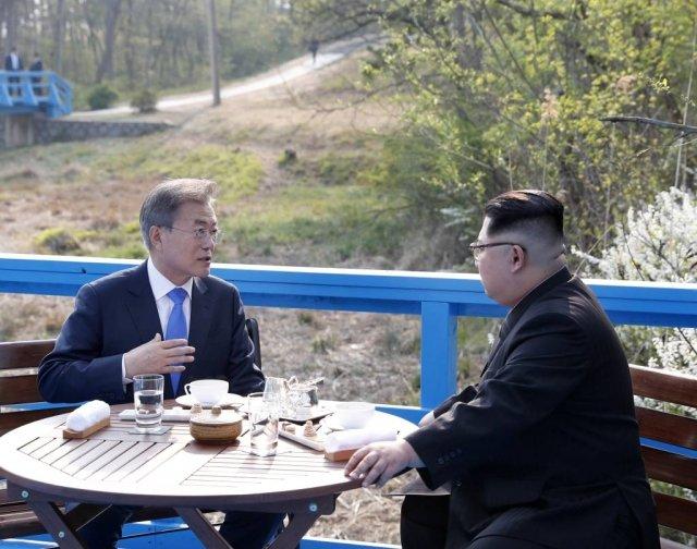 문재인 대통령과 김정은 국무위원장이 2018년 4월 남북정상회담에서 도보다리 위에서 담소를 나누고 있다. /사진=한국공동사진기자단