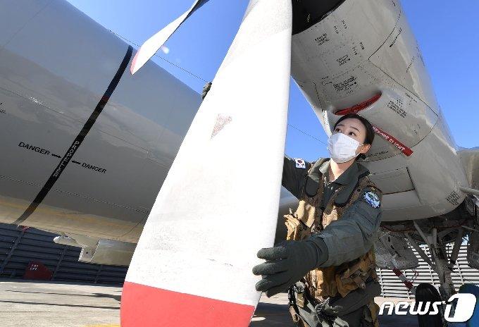 대한민국 해군 최초 P-3 해상 초계기 여군 기관조작사가 탄생했다. 주인공인 김선율 하사가 이륙을 앞둔 P-3해상초계기에서 기기 점검을 하고 있디.(해군6항공전단제공)2021.2.5/© 뉴스1
