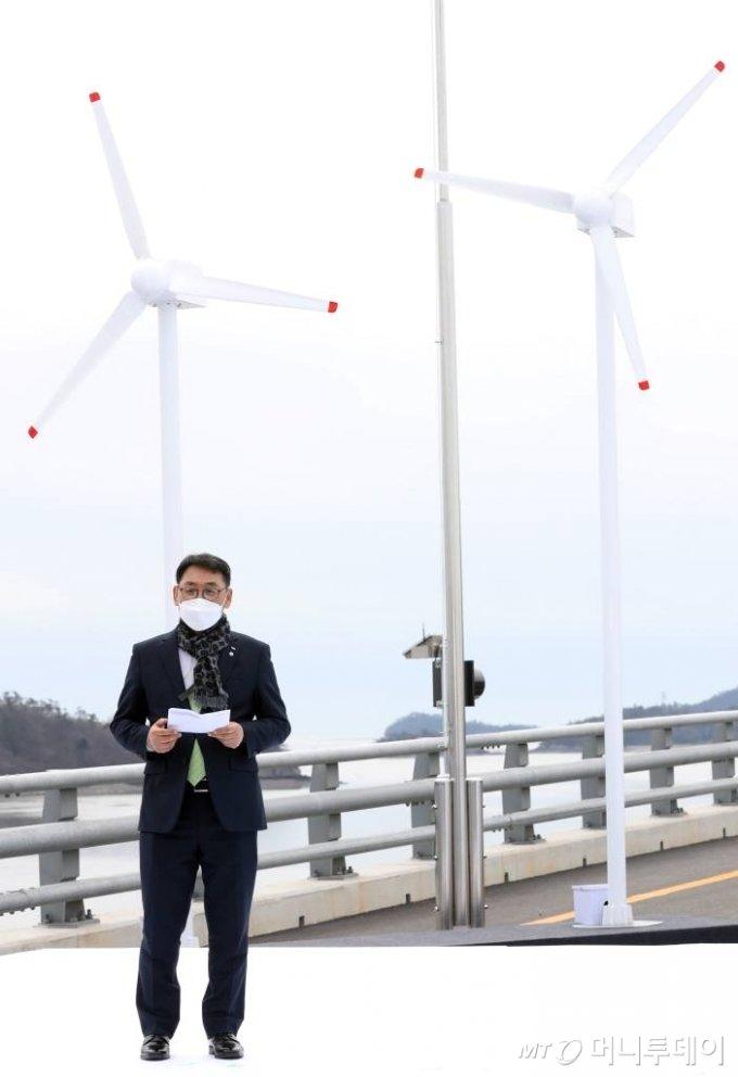 [신안=뉴시스]박영태 기자 = 정연인 두산중공업 대표가 5일 오후 설 연휴 임시개통 예정인 전남 신안군 임자2대교에서 열린 세계 최대 해상풍력단지 48조원 투자협약식에 참석해 해상풍력 민간투자계획 발표를 하고 있다. 2021.02.05. since1999@newsis.com