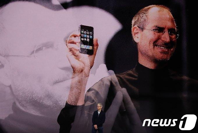 팀 쿡 애플 최고경영자(CEO)가 애플 아이폰 X 등 신제품 발표에 앞서 고 스티브 잡스 전 애플 CEO 영상을 배경으로 인사말을 건네고 있다.© AFP=뉴스1 © News1 김정한 기자