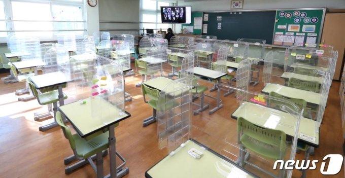 인천의 한 초등학교에서 교사가 원격수업을 준비하고 있다. /사진=뉴스1