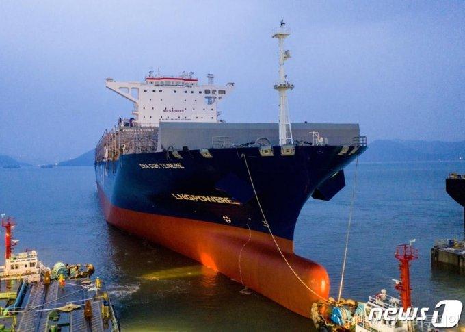(영암=뉴스1) 박영래 기자 = 현대삼호중공업이 국내에서 처음으로 선보인 LNG 추진 컨테이너선인 '시엠에이 시지엠 테네레'호가 26일 새벽 독에서 진수되고 있다.현대삼호중공업은 이 선박에 국내 처음으로 LNG 연료 추진 방식을 적용해 건조했다.(현대삼호중공업 제공)2020.3.26/뉴스1