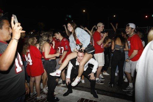 슈퍼볼이 열린 7일(현지시간) 플로리다주 템파에서 거리로 몰려나온 관중들. /사진=AFP