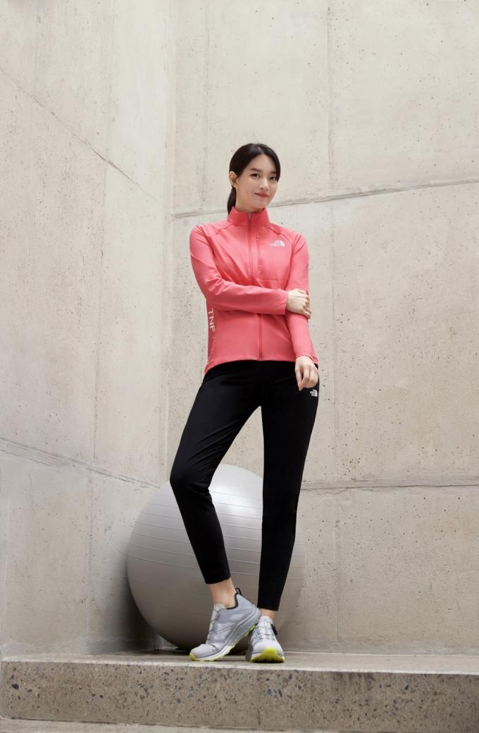 '올 트레인 재킷 및 팬츠'를 착용한 노스페이스 홍보대사 신민아 /사진제공=노스페이스
