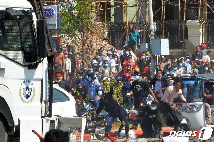9일 미얀마 수도 네피도에서 군부 집권에 항의하는 시위대가 진압 경찰과 대치하고 있다. © AFP=뉴스1