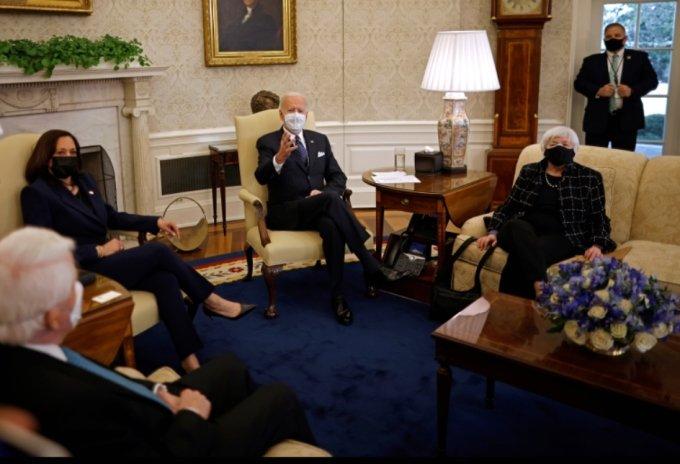 바이든 미국 대통령과 카멜라 해리스 부통령이 재닛 옐런 재무장관과 함께 9일 백악관 오발오피스에서 재계 리더들과 만남을 갖고 있다. /사진=REUTERS/Carlos Barria