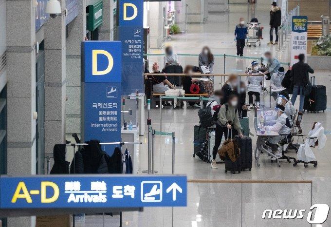 지난 7일 오후 인천국제공항 제1여객터미널에서 해외입국자들이 공항을 나서고 있다. 2021.2.7/뉴스1 © News1 이재명 기자