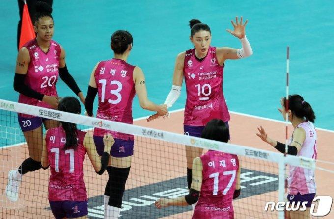 김연경 선수가 경기 중 팀원들을 다독이는 모습./사진=뉴스1