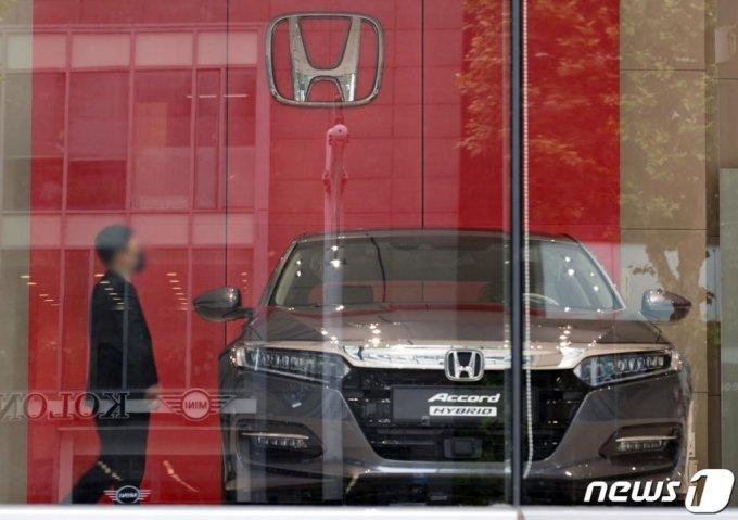 (서울=뉴스1) 이재명 기자 = 일본 제품에 대한 불매운동 여파로 일본 자동차 판매가 급감하고 있다.  닛산 자동차는 한국시장 철수를 결정한데 이어 혼다 자동차의 영업이익도 90% 감소한 것으로 나타났다.  사진은 29일 오전 서울 시내의 혼다 자동차 판매 대리점의 모습. 2020.6.29/뉴스1