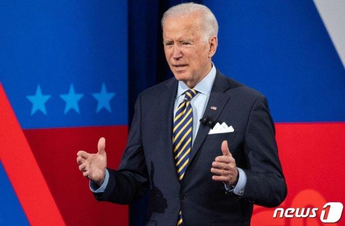 (밀워키 AFP=뉴스1) 우동명 기자 = 조 바이든 미국 대통령이 16일 (현지시간) 위스콘신주 밀워키에서 열린 CNN 타운홀 행사에 참석을 하고 있다.  ⓒ AFP=뉴스1