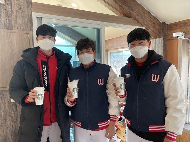 배달된 커피를 들고 포즈를 취한 SK 퓨처스팀의 정동윤, 장지훈, 김건우(왼쪽부터)./사진=SK 와이번스