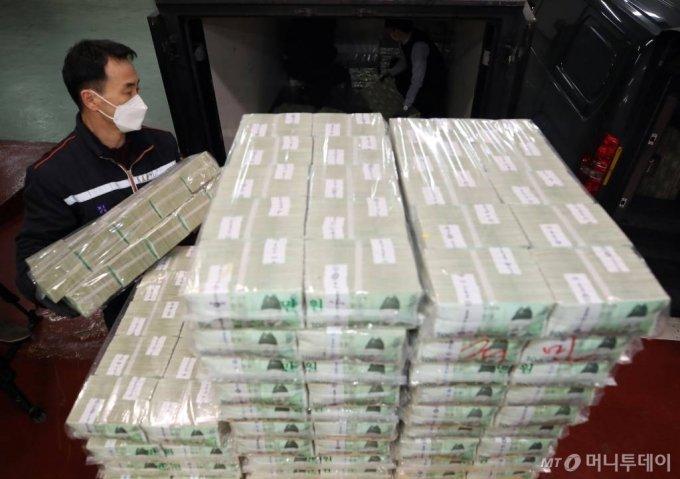설 명절을 앞둔 4일 오전 서울 강남구 한국은행 강남본부에서 관계자들이 시중 은행에 공급할 설 명절자금을 방출하고 있다. / 사진공동취재단 / 사진=홍봉진 기자 honggga@
