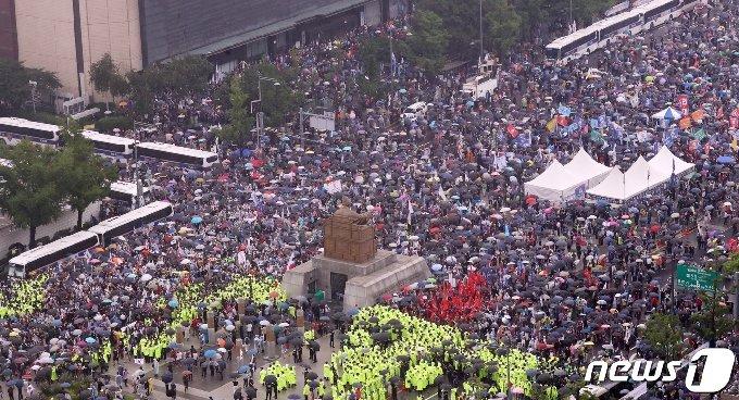 보수단체 회원들이 지난해 8월15일 서울 종로구 광화문광장에서 집회를 하고 있다. 2020.8.15/뉴스1 © News1 김명섭 기자