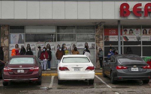 17일(현지시간) 텍사스주 휴스턴에서 주민들이 슈퍼에 들어가기 위해 줄을 서 있는 모습./사진=AFP