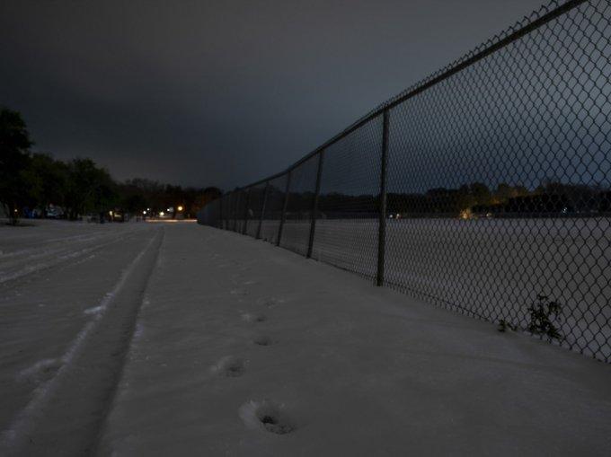 17일(현지시간) 미국 텍사스주 와코의 한 마을의 밤 풍경. 눈이 쌓여 있다. 수십년 만의 강추위가 찾아온 텍사스는 전력공급이 마비돼 수백만 사용자가 어려움을 겪고 있다. /사진=AFP