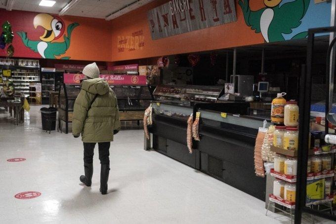 16일(현지시간) 미국 텍사스주 휴스턴의 한 슈퍼마켓의 매장 한 곳이 불이 꺼져 있다. 수십년 만의 강추위가 찾아온 텍사스는 전력공급이 마비돼 수백만 사용자가 어려움을 겪고 있다.  /사진=AFP