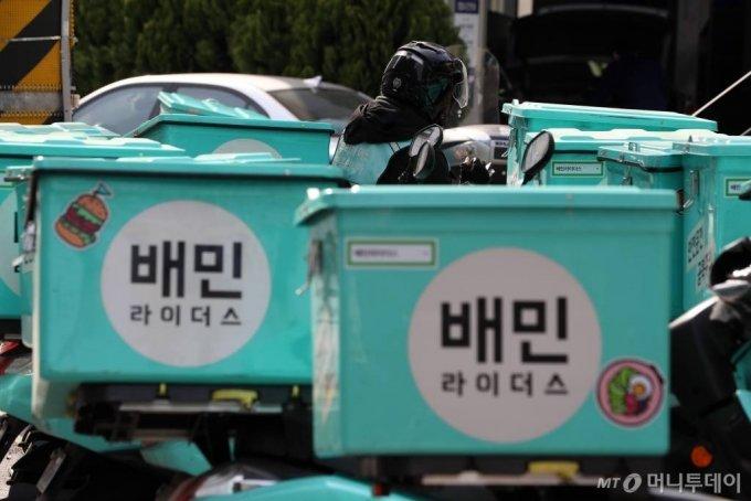 서울 마포구 배민라이더스 중부지사에 배달 오토바이가 줄지어 서있다. / 사진=이기범 기자 leekb@