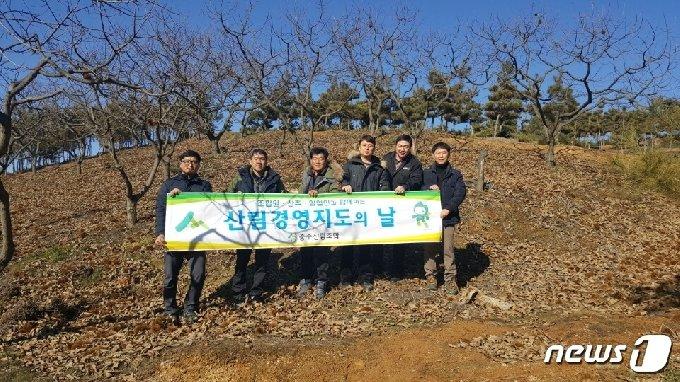 충주산림조합이 밤 생산 농가를 대상으로 생산 현장에서 산림경영 컨설팅을 진행하고 있다.(충주산림조합 제공)2021.2.18/© 뉴스1