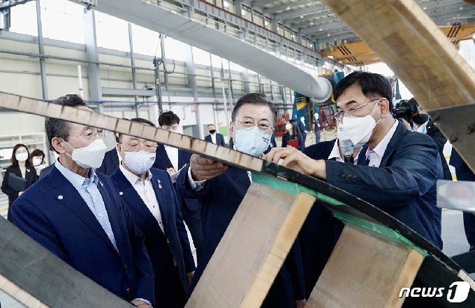 문재인 대통령이 2020년 7월17일 오후 전북 부안에 위치한 풍력핵심기술센터 풍력시험동을 방문해 시설을 점검하고 있다. (청와대 제공) © 뉴스1