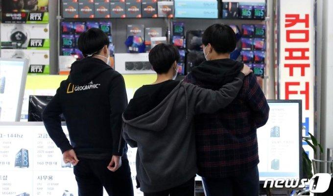 서울 용산 전자상가를 찾은 학생들이 PC를 둘러보고 있다.  / 사진=뉴스1