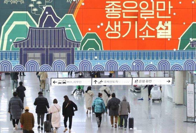 설 명절 연휴를 하루 앞둔 지난 10일 오전 제주국제공항 1층 도착장에서 관광객들이 렌터카 보관소로 이동하고 있다. /사진=뉴시스