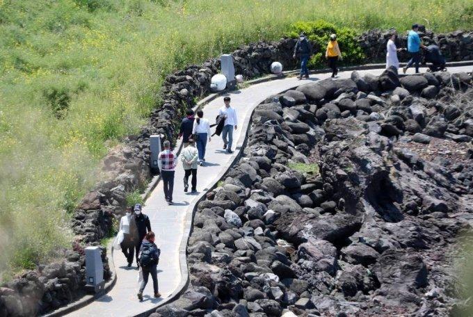 제주시 애월읍 한담산책로를 찾은 나들이객이 맑은 날씨 속에 즐거운 시간을 보내고 있다. /사진=뉴시스