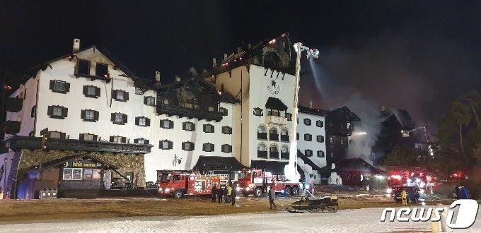 20일 오후 11시4분 전북 무주군 설천면 덕유산리조트 티롤호텔 옥상 목재 구조물에서 화재가 발생했다. 불은 5시간만인 21일 오전 3시55분 진화됐다.(전북소방본부 제공)2021.2.21/뉴스1