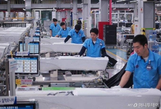 삼성전자 광주사업장 에어컨 생산라인에서 제조그룹 직원들이 부품을 조립하고 있다. /사진제공=삼성전자