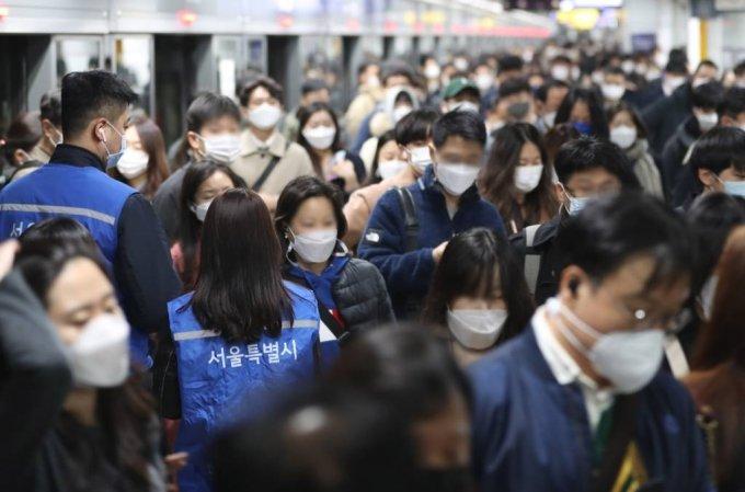 마스크 미착용 과태료 부과 첫날인 13일 오전 서울 광화문역에서 지하철 보안관들이 단속을 실시하고 있다. / 사진=이기범 기자 leekb@