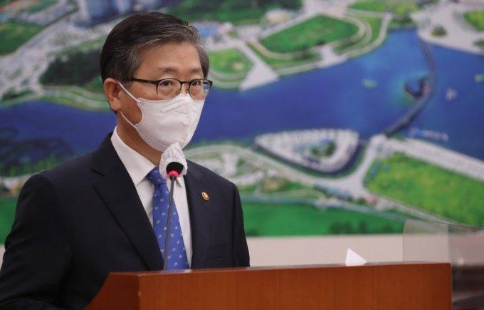 변창흠 국토교통부 장관이 22일 서울 여의도 국회에서 열린 국토교통위 전체회의에 출석해 업무보고를 하고 있다. /사진제공=뉴스1