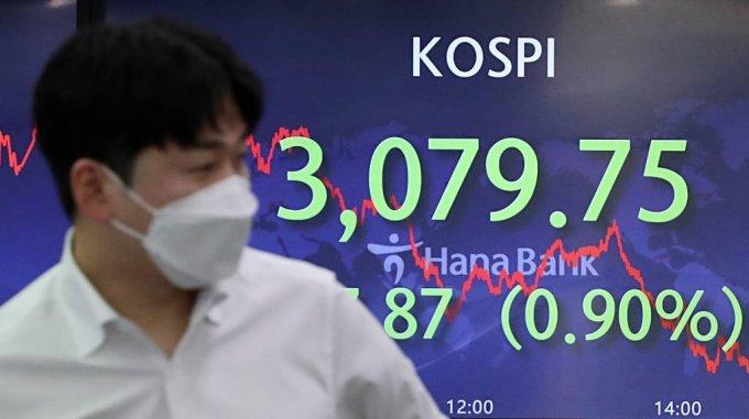 22일 오후 서울 중구 하나은행 딜링룸 전광판에 지수가 표시되고 있다. /사진=뉴시스