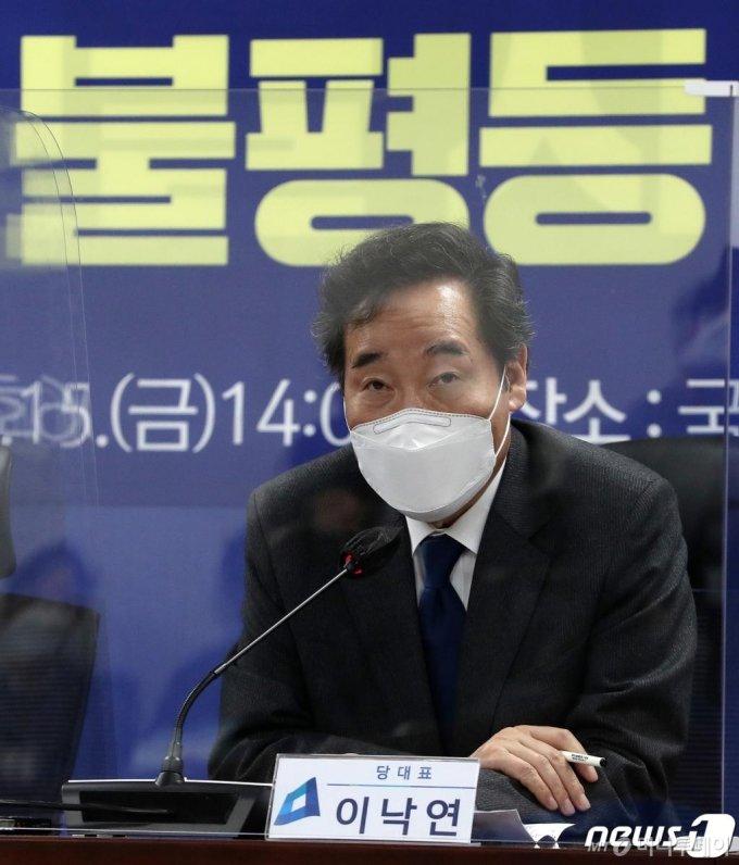 (서울=뉴스1) 박세연 기자 = 이낙연 더불어민주당 대표가 15일 오후 서울 여의도 국회 의원회관에서 열린 포스트코로나 불평등해소TF 1차회의에서 모두발언을 하고 있다 2021.1.15/뉴스1