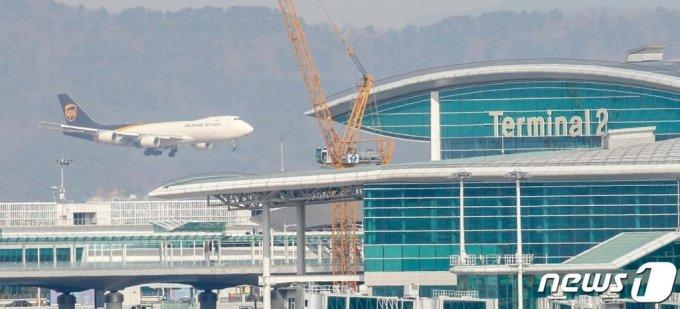 (인천=뉴스1) 안은나 기자 = 31일 인천국제공항 전망대에서 바라본 계류장에 UPS 화물기가 착륙하고 있다. 신종 코로나바이러스 감염증(코로나19) 여파로 공항 이용객은 줄었지만 한진물류연구원은 반도체, 코로나 백신 수송 등으로 올해 항공화물시장이 최대 5.1% 성장할 것으로 내다봤다. 2021.1.31/뉴스1