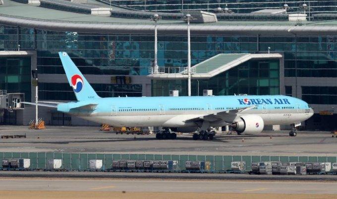 [인천공항=뉴시스]김선웅 기자 = 23일 인천국제공항 주기장에 보잉 777 기체가 주기돼있다. 보잉사는 777기종이 미국과 유럽에서 잇따라 엔진 고장을 일으켜 해당 항공기 기종의 운항 중단을 권고, 국내 항공사들도 모두 운항을 중단하기로 결정했다. 2021.02.23. mangusta@newsis.com