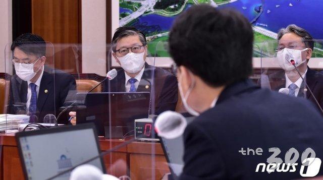 변창흠 국토교통부 장관이 22일 서울 여의도 국회에서 열린 국토교통위원회 전체회의에 출석해 의원 질의에 답변하고 있다. /사진=뉴스1