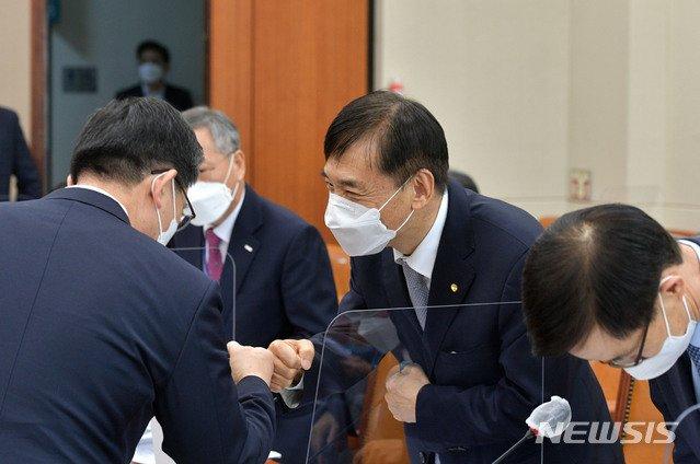 이주열 한국은행 총재가 23일 국회에서 열린 기획재정위원회의 전체회의에 출석, 회의 시작에 앞서 의원들과 인사를 나누고 있다. / 사진제공=뉴시스