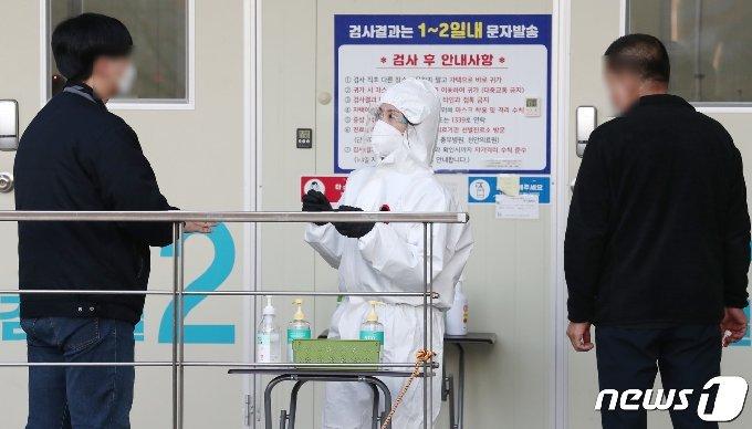 충남 천안시청에 마련된 선별진료소에서 의료진이 분주한 모습을 보이고 있다. © News1 김기태 기자