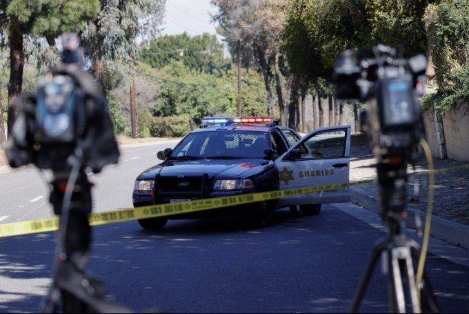 로스엔젤레스 근교에서 발생한 타이거 우즈의 차량 사고 현장에 경찰차가 출동해 조사하고 있다. February 23, 2021. REUTERS/Mario Anzuoni