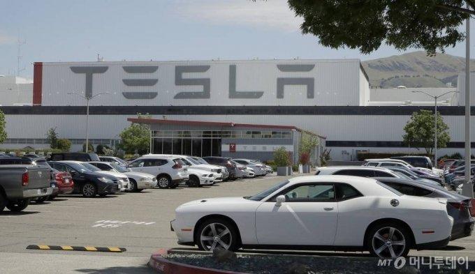 [프리몬트=AP/뉴시스]11일(현지시간) 미 캘리포니아주 프리몬트의 테슬라 자동차 공장에 주차된 차량이 보인다.