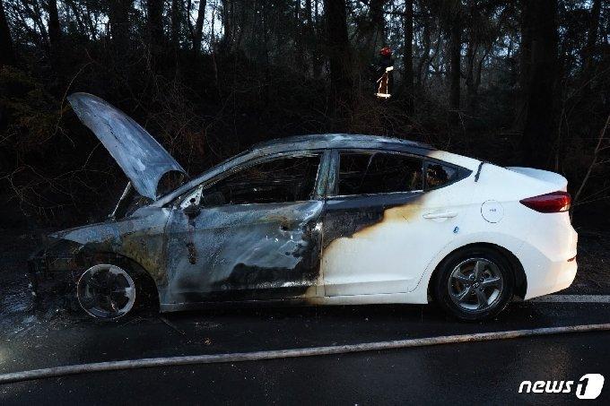 지난 23일 오후 5시54분쯤 제주시 교래리 비자림로에서 주행 중이던 렌터카 아반떼 차량에서 화재가 발생했다.(제주동부소방서 제공)2021.2.24/뉴스1© News1