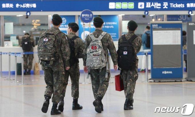 신종 코로나바이러스 감염증(코로나19) 예방을 위해 중단됐던 군 장병들의 휴가가 다시 재개된 15일 서울역에서 군 장병들이 휴가를 떠나기 위해 열차로 향하고 있다.기사 내용과 직접 관련 없음.  2021.2.15/사진 = 뉴스1