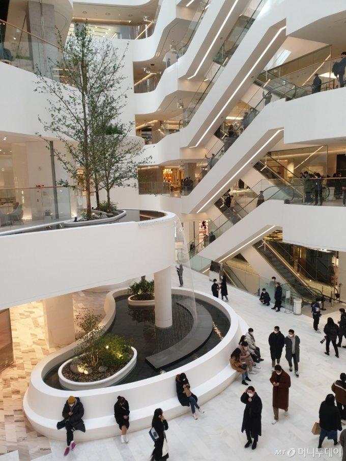 더현대서울이 프리오픈한 24일 오전 11시, 고객들이 쇼핑 중 1층 워터폴가든에서 휴식을 취하고 있다. /사진=이재은 기자