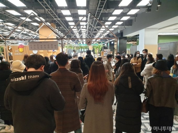 24일 더현대서울 '위마켓'에 입점한 크로캐니언에 고객들이 줄을 서있다. /사진=이재은 기자