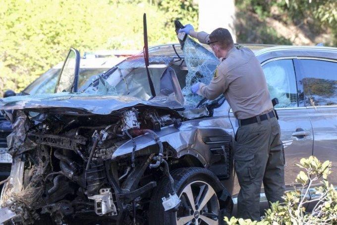 미 프로골퍼 타이거 우즈가 타고 있던 차량이 23일(현지시간) 미 캘리포니아주 로스앤젤레스 카운티 란초 팔로스 베르데스 인근에서 전복돼 한 경찰관이 사고 차량인 제네시스 GV80을 살펴보고 있다. 우즈는 이 사고로 다리를 다쳐 병원으로 이송돼 수술을 받고 있다고 그의 매니저 마크 스타인버그가 밝혔다. /사진=[로스앤젤레스=AP/뉴시스