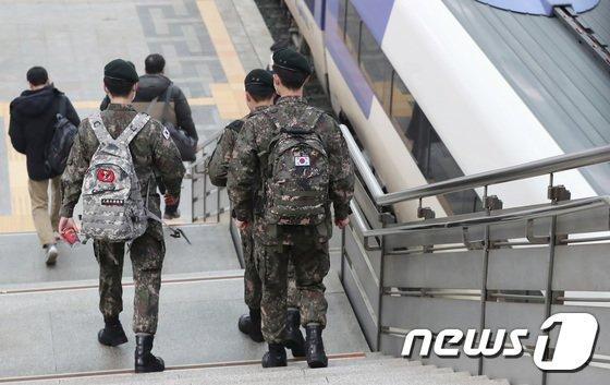 신종 코로나바이러스 감염증(코로나19) 예방을 위해 중단됐던 군 장병들의 휴가가 다시 재개된 15일 서울역에서 휴가를 나온 군 장병이 집으로 향하고 있다./사진 = 뉴스1