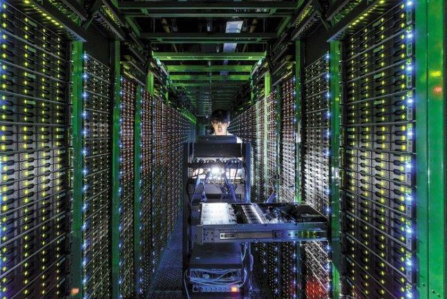 강원도 춘천에 있는 네이버 제1 데이터센터 '각(閣)' 내부에서 직원이 모니터로 데이터센터 가동 현황을 모니터링하고 있다. /사진제공=네이버