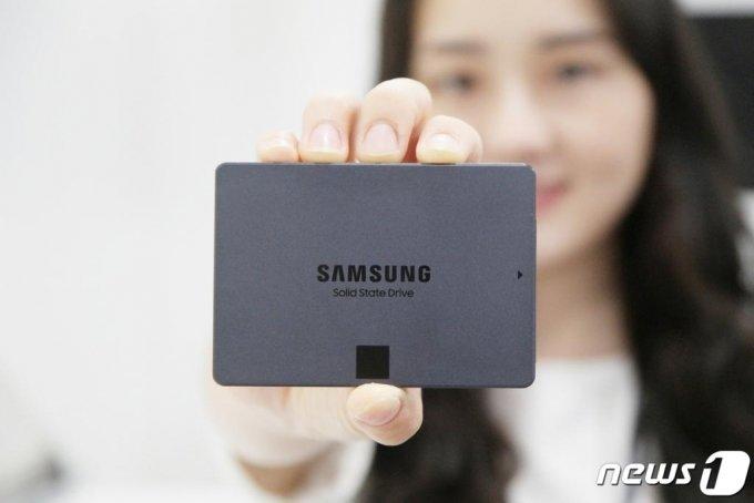 삼성전자가 지난해 7월 출시한 업계 최대 용량의 소비자용 4비트(QLC) SATA SSD(솔리드 스테이트 드라이브)  '870 QVO'를 출시했다. /뉴스1